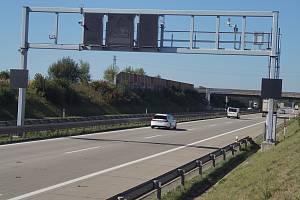 Radary u Prahy poblíž Jesenice a Modletic jsou umístěné na portálech přes dálnici.