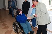 Šťastným majitelům předal klíče od bytu dolnokralovický  starosta Antonín Bašta