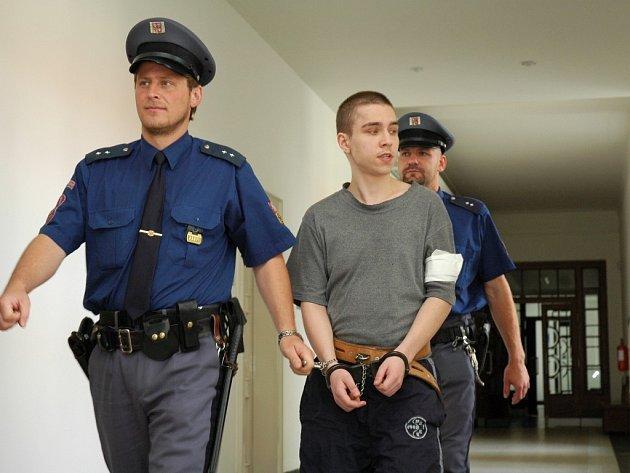 Lukáš Bučinský se za poslední měsíce změnil. Namísto mladíka nezúčastněně zírajícího do prázdna přišel k odvolacímu soudu člověk pozorně sledující jednání senátu.