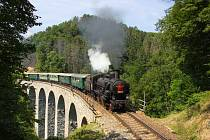 Parní lokomotiva na kamenném viaduktu na Žampachu.