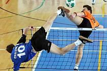 Dorostenec Šacungu Benešov Tomáš Sekera se v úvodu sezony představil na dvou velkých nohejbalových akcích. Ve Vsetíně na mezinárodním turnaji mužů čelil i tvrdým útokům zkušenějších borců.