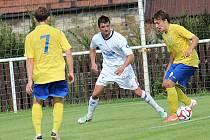 Luboš Balata (u míče) dělal tuchlovické obraně problémy, když připravil gól Benešova, ale v závěru nedal velkou šanci a domácí následně zápas otočili.