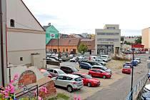 Divoké parkoviště Na Blátě má ještě letos nahradit parkoviště oficiální.