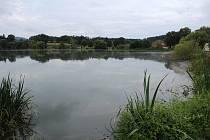 Hráz rybníka Hamry v Hrusicích přívaly vody nepřekonaly.