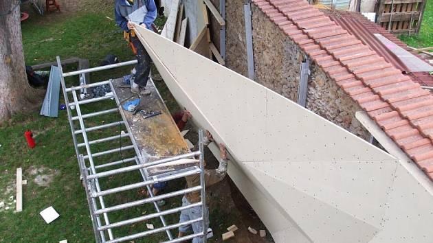 Zaměstnanci dodavatelské firmy při instalování boulderingové stěny na zahradě Spolkového domu ve Vlašimi