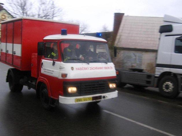 Dekontaminační Avie v pondělí 3. března v 9.12 vyjížděla z benešovské požární stanice do Konopišťské ulice,  kde došlo v jedné z firem k úniku oleje z vysokozdvižného vozíku