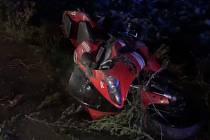 Policisté pronásledovali motorkáře, který nechtěl zastavit a nakonec havaroval.