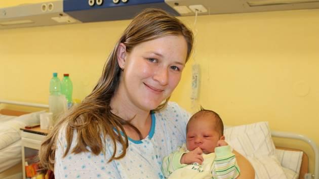 Radek Hrubíš zvítězil v říjnovém kole soutěže. Na fotografii malého vítěze drží v náručí maminka Věra.