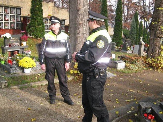 Městská policie kontroluje hřbitov i po Dušičkách