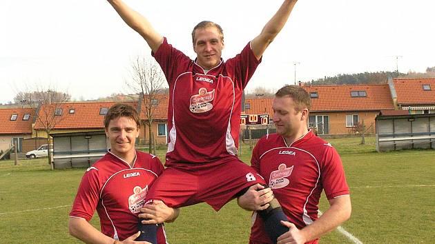 Pavel Němec (uprostřed) z Vrchotových Janovic se stal podzimní hvězdou projektu Gambrinus Kopeme za fotbal.