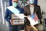 K rozdávání potřebných roušek se připojil i nadační fond REGI BAse I