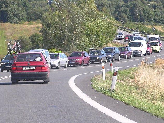 Hlavní silnice I/3 je na Benešovsku každý den přetížená a v dopravních špičkách zahlcená. Příčinou častých kolon ani nemusí být nehoda či práce na silnici