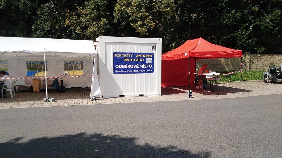 Testovací místo ve Vlašimi Na Lukách stojí na parkovišti vedle plaveckého areálu a zimního stadionu.