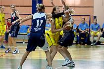 Benešovská Aneta Kratochvílová (ve žlutém) útočí přes kralupskou Barboru Němcovou.
