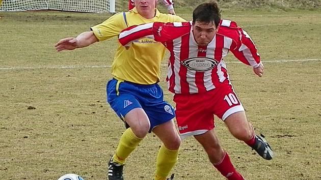 Benešovský Martin Turek (ve žlutém) se ve Štěchovicích gólově neprosadil.