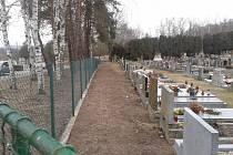 Nový týnecký hřbitov po odfrézování pařezů tújí.