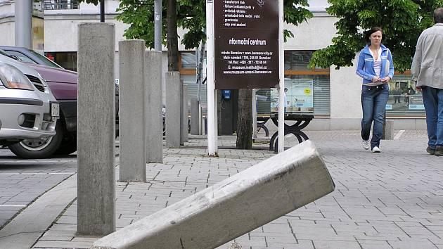 Betonový sloupek na Masarykově náměstí.