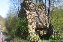Zlodějské duo tábořilo u zříceniny hradu Stará Dubá.