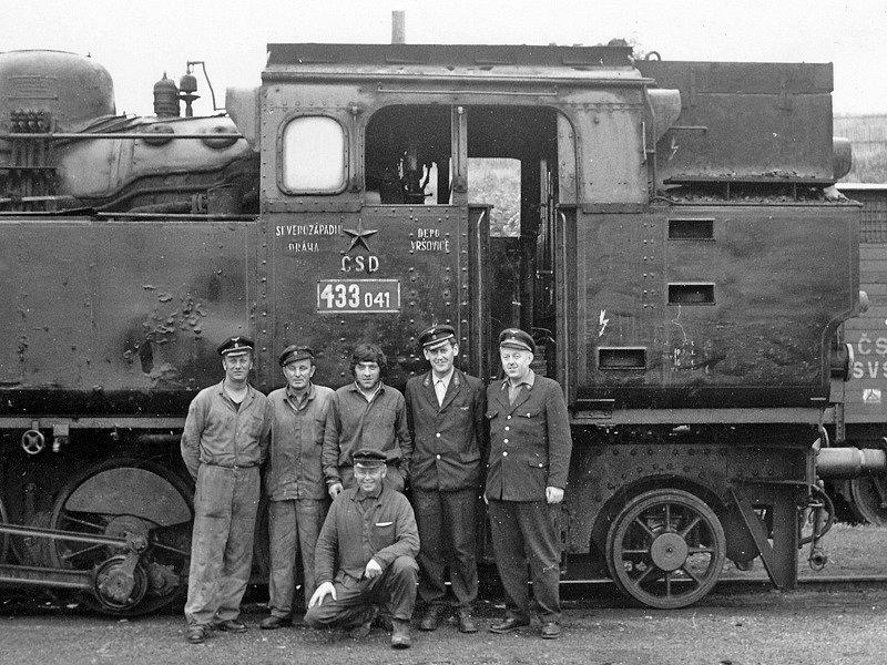 Lokomotivní a vlaková četa před odjezdem posledního vlaku.