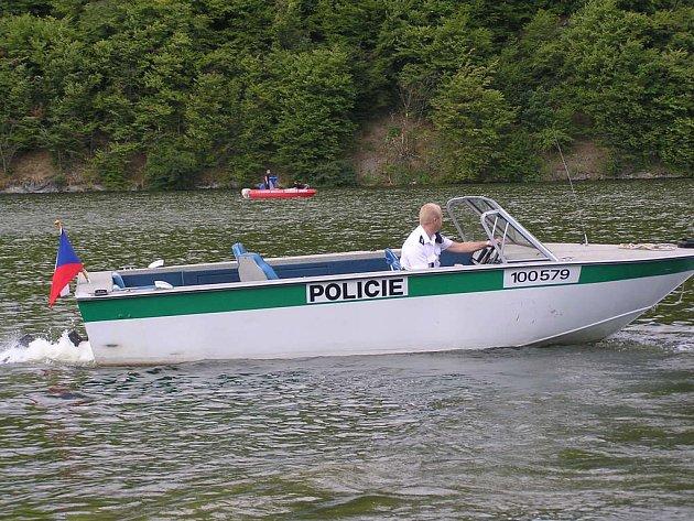 člun poříční policie.
