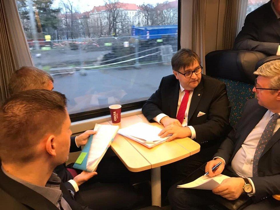 Z pracovní cesty premiéra Andreje Babiše vlakem z Prahy do Benešova.