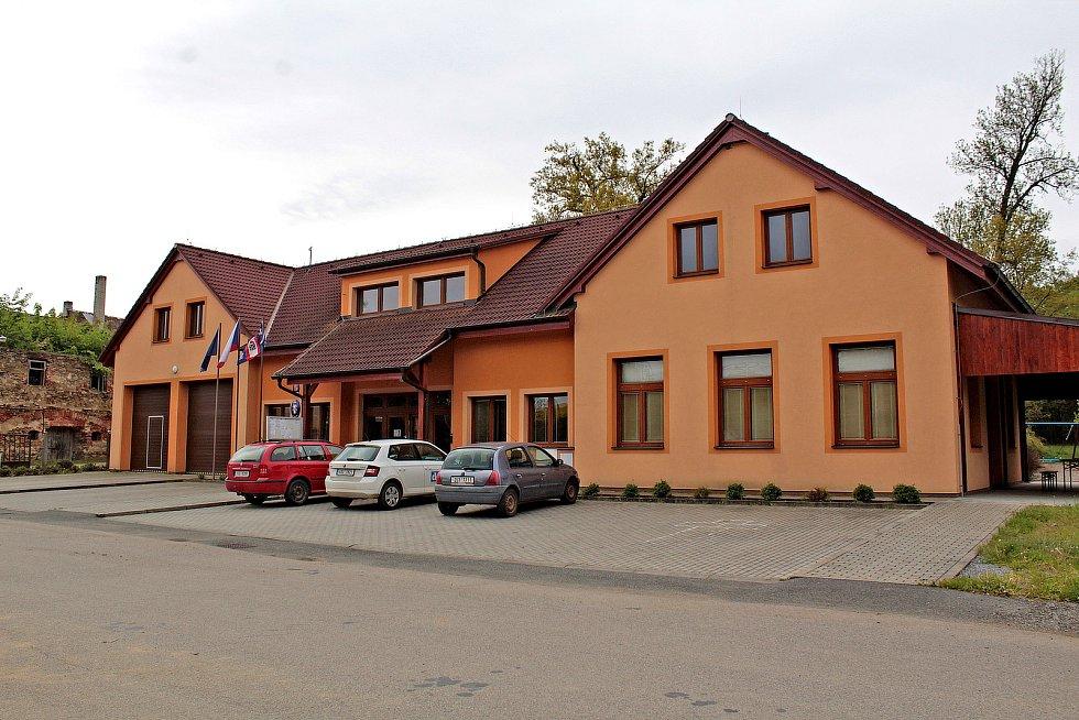 Zvěstovský DPS má stejnou barvu fasády, jako radnice (na snímku) na druhém břehu Návesního rybníka.