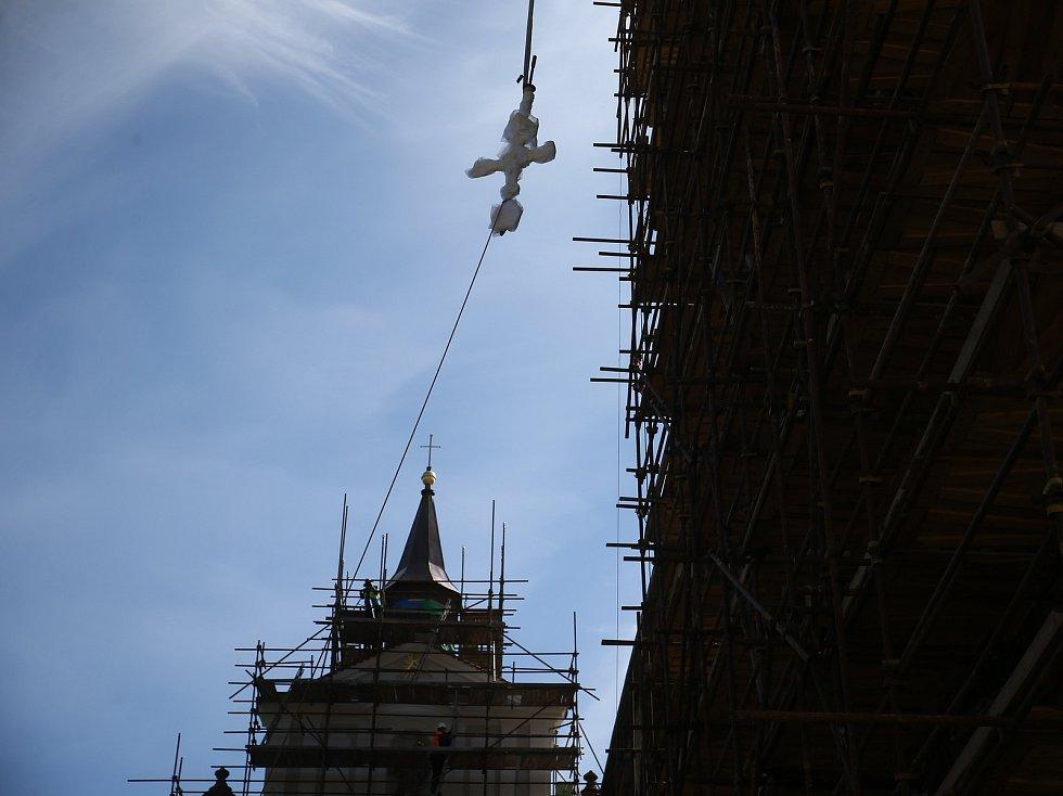 Z vyzvednutí makovice na věž kostela sv. Prokopa v Sázavě.