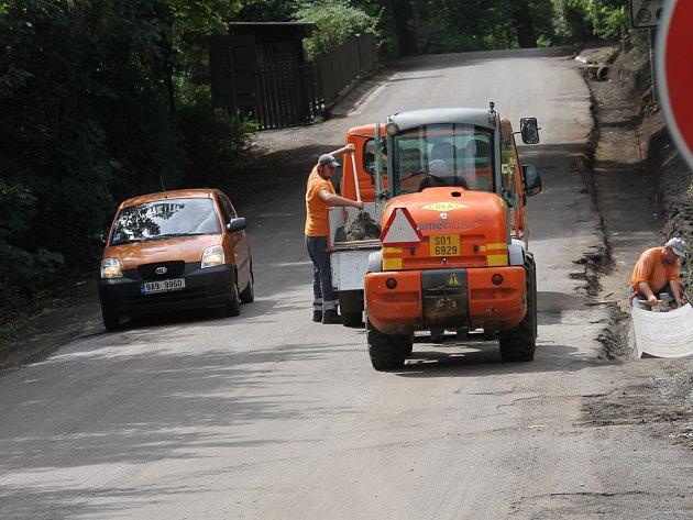 Od pondělí 18. do středy 20. července budou asfaltovat úsek od mostu přes Konopišťský potok k hrázi rybníku.