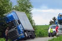 Kamion zajel do příkopu na silničce u Otročice v pátek před polednem.