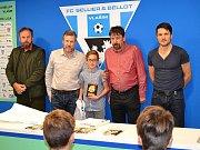 Cen nejlepším mládežníkům Vlašimi předali předseda klubu Oldřich Jiruš, místopředseda Petr Lajda, šéftrenér mládeže Milan Knížek a bývalý hráč Ondřej Průcha. Tady Janu Fraňkovi.