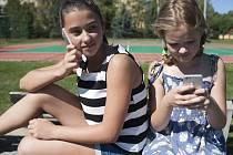 Mobilní telefon má nyní téměř každý žák.