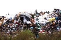 Odpad navezený na skládku u Přibyšic vytváří nedaleko Konopiště umělý kopec
