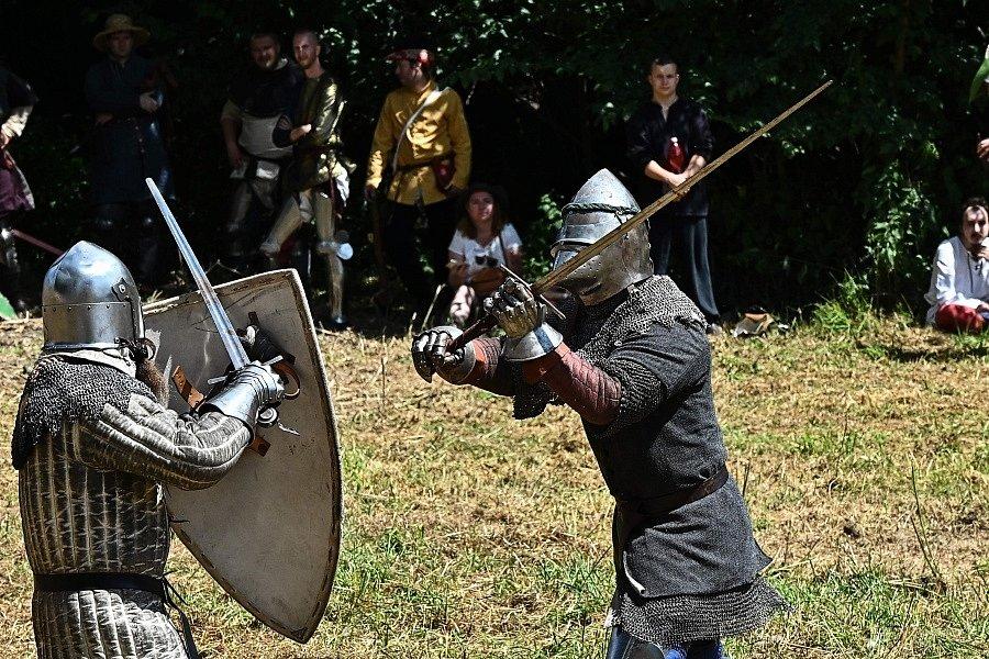 Jak těžký život byl ve středověku, se mohli přesvědčit návštěvníci 5. ročníku Historického festivalu, který se konal v sobotu 31. července na tvrzi Mrač na Benešovsku.