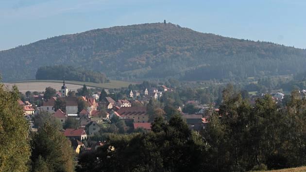Hora Blaník s Louňovicemi v popředí.