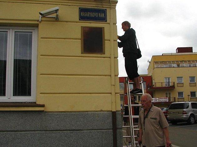 Elektromontéři instalují novou monitorovací techniku