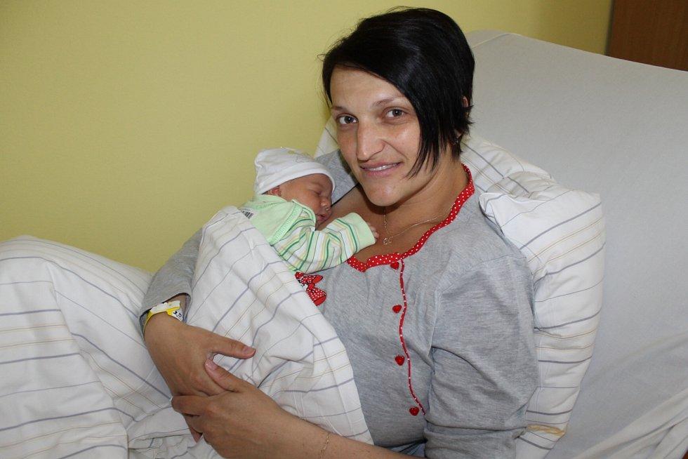 Manželé Klára a Karel Šáchovi jsou od 8. května šťastní rodiče malé Amálky. Ta se narodila v 16.32, kdy měla 3 140 gramů a 48 centimetrů. Doma v Bukovanech se na ni těšila sestřička Eliška (13).