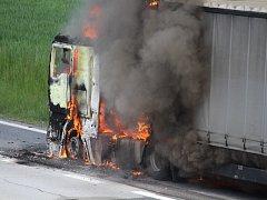 Hořící kamion na dálnici D1.