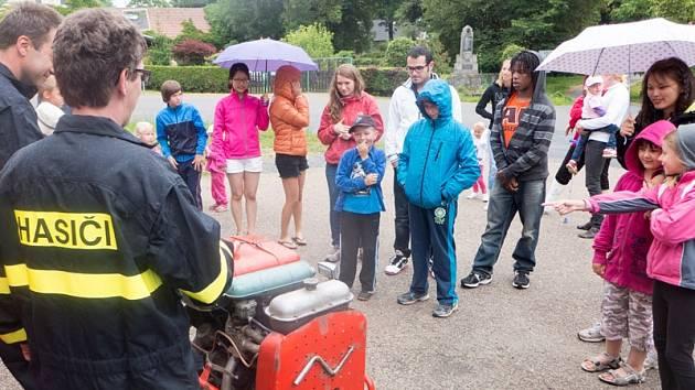 Zahájení prázdnin v Mezně se zúčastnili také zahraniční dobrovolníci.