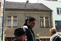 Střecha domu v benešovské Tyršově ulici, kde po chodnících projdou stovky lidí.