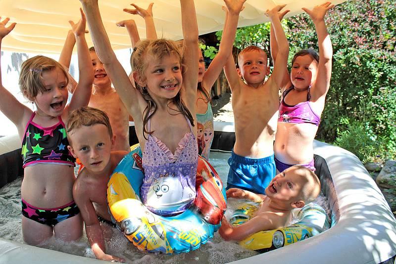 Děti z týnecké mateřské školy na zahradní slavnosti v Peceradech.