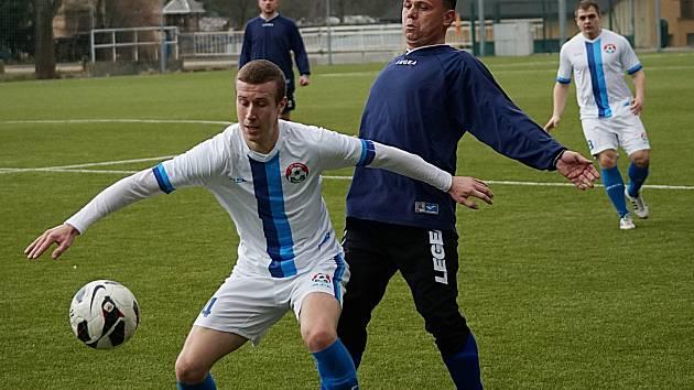 Jakoby se bál hrající trenér Sázavy Pavel Chuchla nalepit se na útočníka Votic Jiřího Němečka.