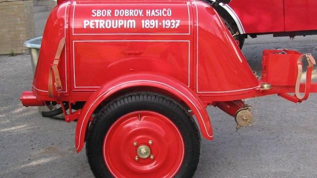 Dobrovolní hasiči z Petroupimi se pyšní nablýskaným unikátem.