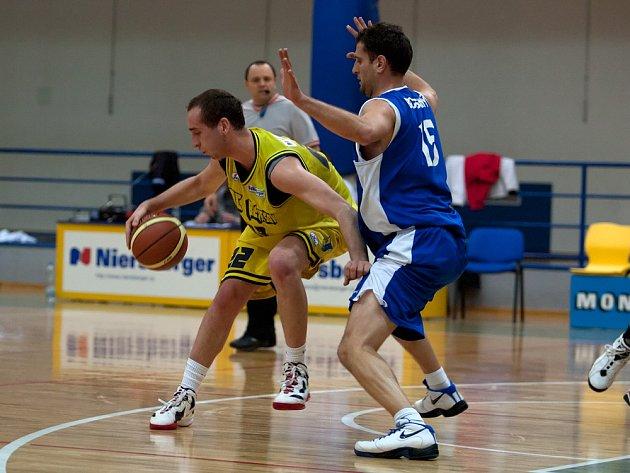Benešovského Davida Kratochvíla (ve žlutém) bránil nejlepší střelec zápasu, slánský T. Gospodinov.