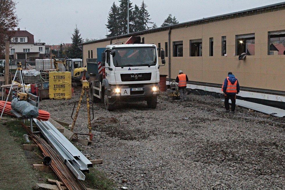 Stavba tribuny s atletickým tunelem na stadionu Na Sladovce v Benešově.
