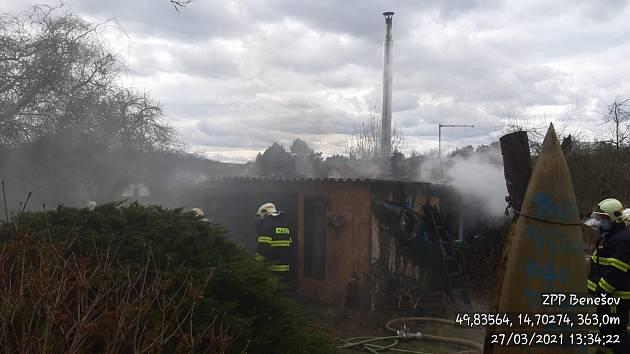 Požár chatky v obci Mrač na Benešovsku 27. března 2021.