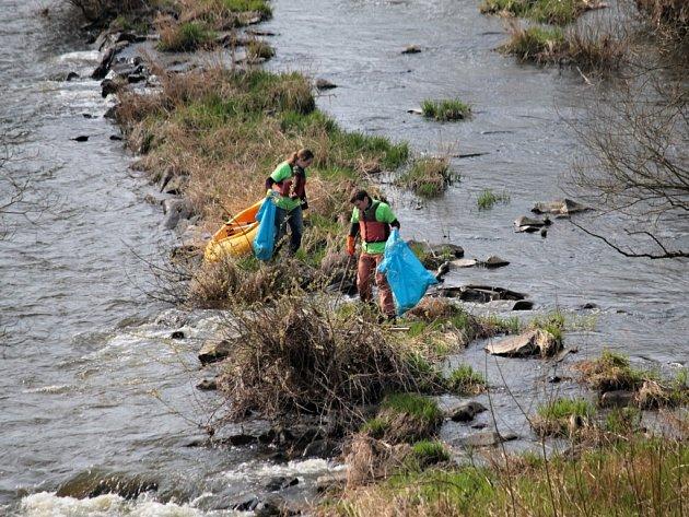 Desátý ročník akce Čistá řeka Sázava, den druhý. Dobrovolníci čistí řeku a její okolí od Krhanic ke Kamennému Přívozu.