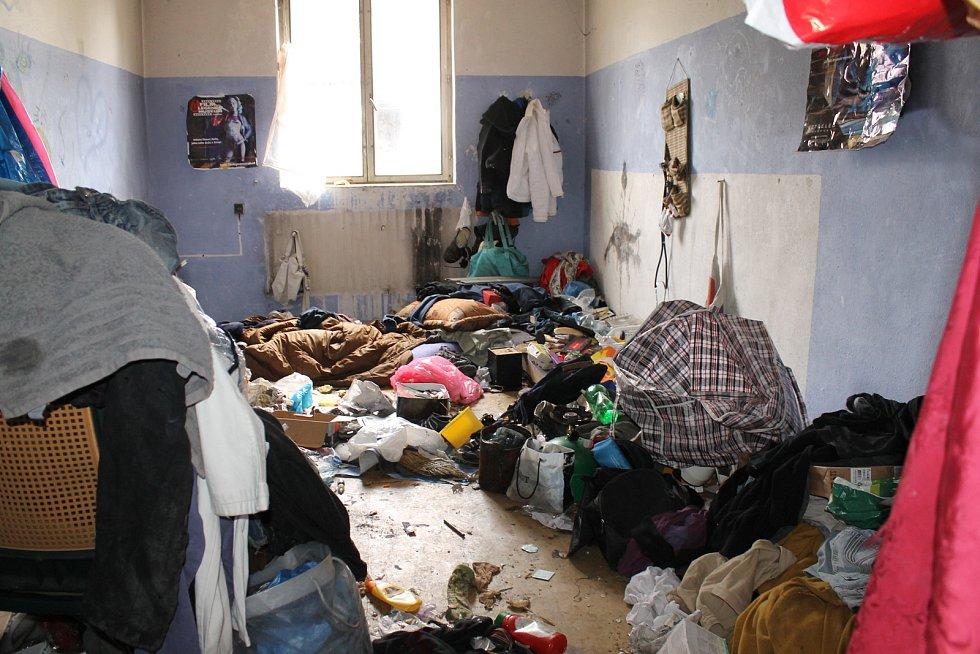 Život bezdomovců v benešovských Táborských kasárnách.