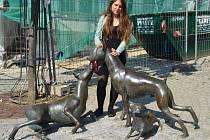 Nela Pýchová, vlašimská úspěšná šachistka, se nechala zvěčnit u symbolu Apoldy, kterým je dobrman. Právě zde bylo toto známé psí plemeno v 19. století vyšlechtěno.