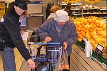 Policistky varovaly nakupující před zloději.