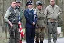 Pietní akt u pomníku amerických letců na Konopišti.